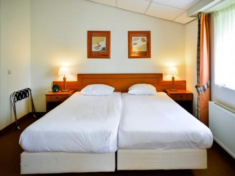 DAGAANBIEDING - De tweepersoonskamer comfort beschikt over een tweepersoonsbed, bureau met stoel, flatscreentelevisie en badkamer met douche en/of bad en toilet. (met 45 % korting, nu 49.00 Per kamer per nacht)